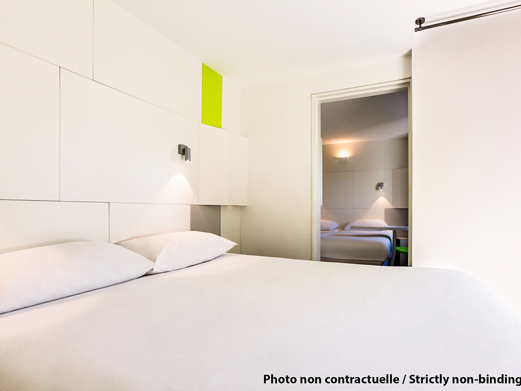 Guestroom at the ibis Styles New York LaGuardia Airport.