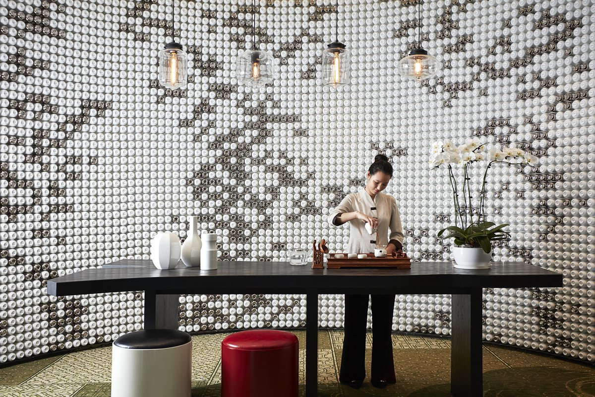 Elizabeth Weiner designed a wall made of teacups at the Shanhaitian Resort Sanya.
