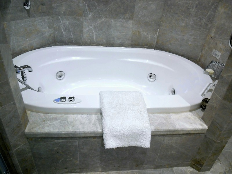 Soaking tub with whirlpool jets in Silver Suite
