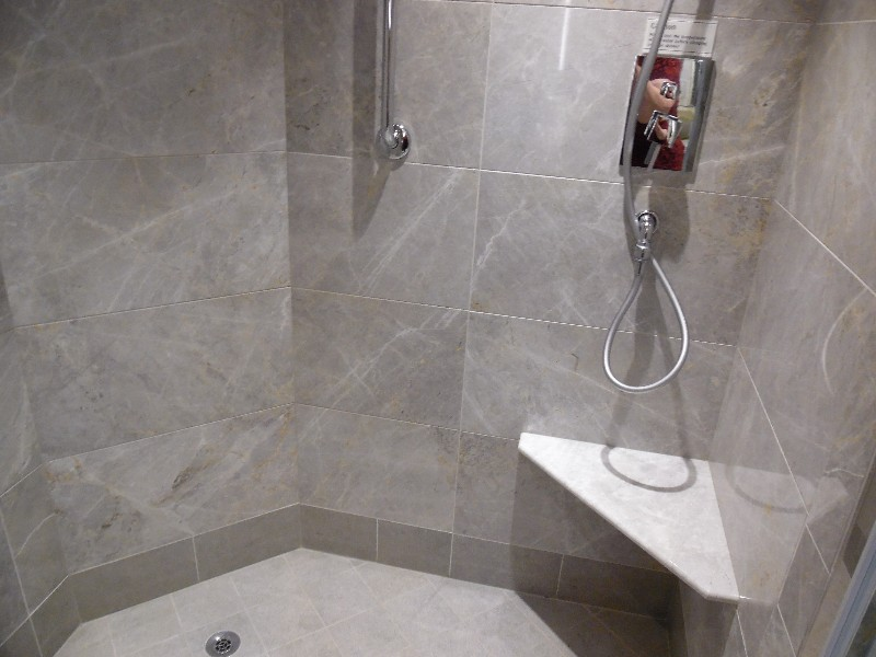 Rainforest shower with seat in Silver Suite