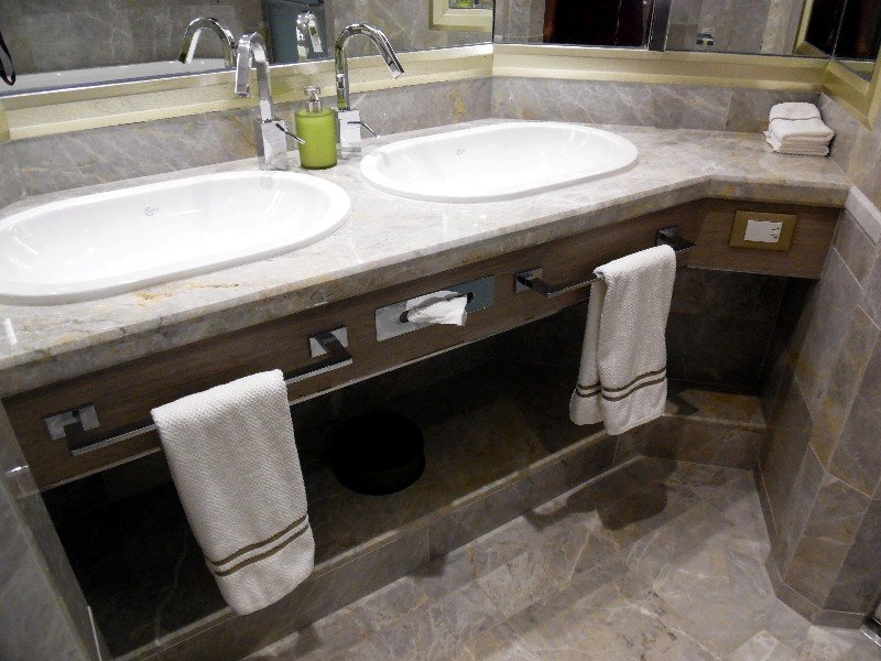 Dual sinks in the bathroom of Silver Suite