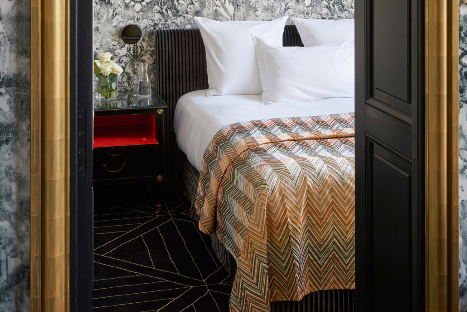 In the design of the suites, Didier Benderli used orange and yellow tones, combined with black and white accents.