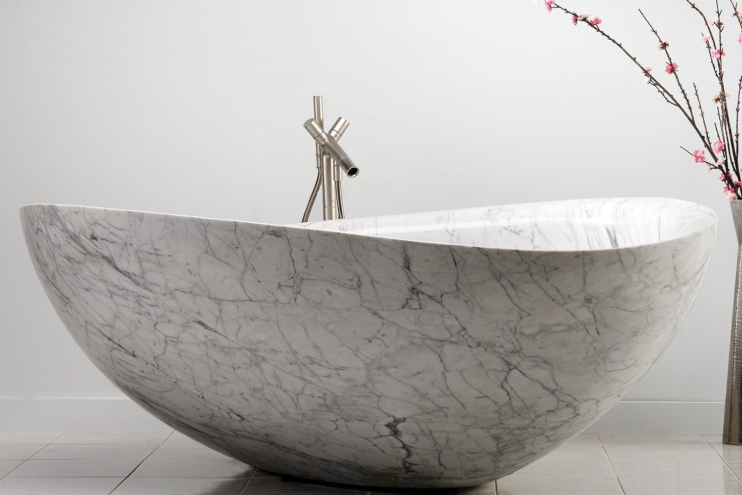 With its natural veining, the Papillon bathtub evokes elegance and organic simplicity.
