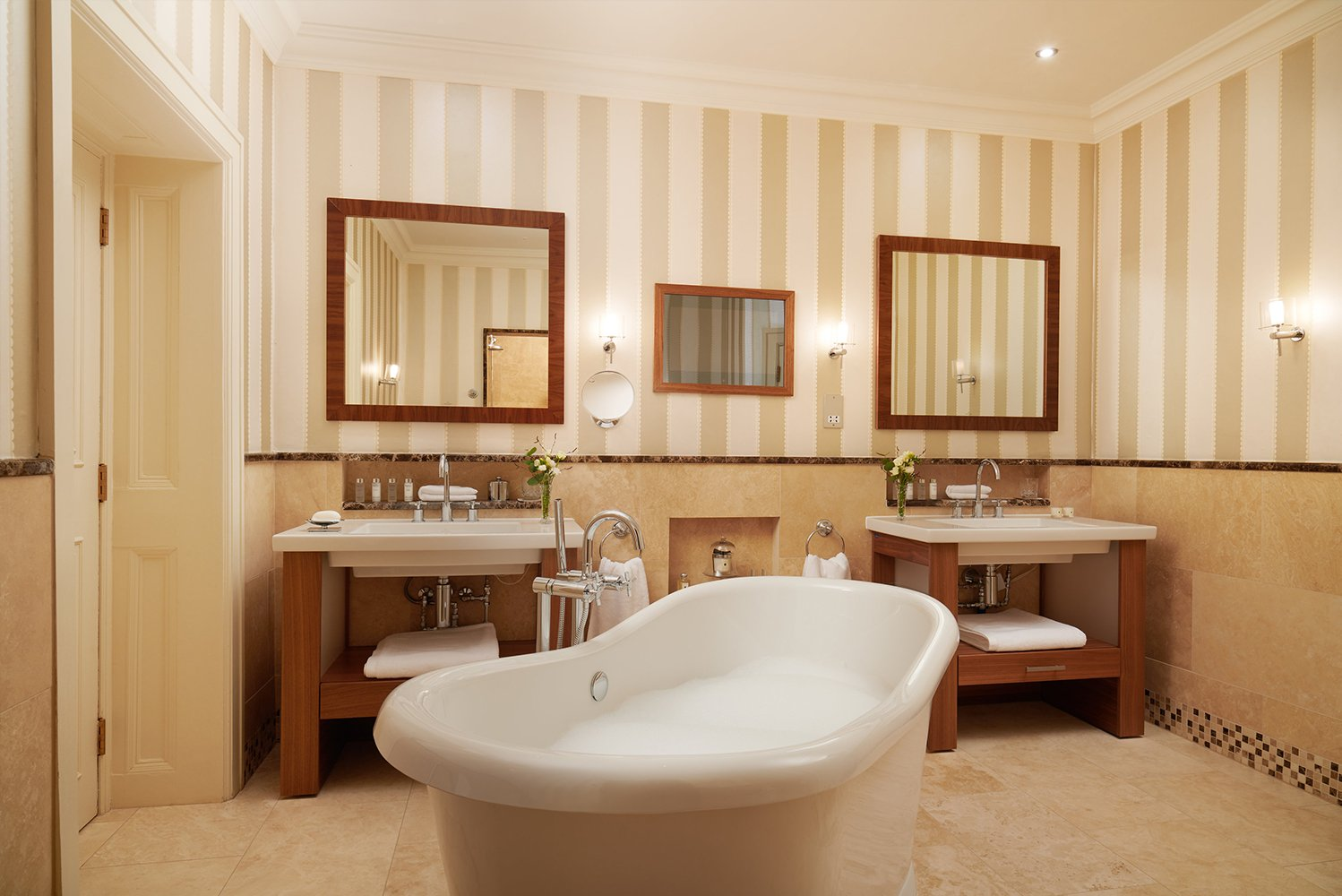 The property has 97 guestrooms, the Dromoland Castle Golf and Country Club, a spa and outdoor recreational facilities.