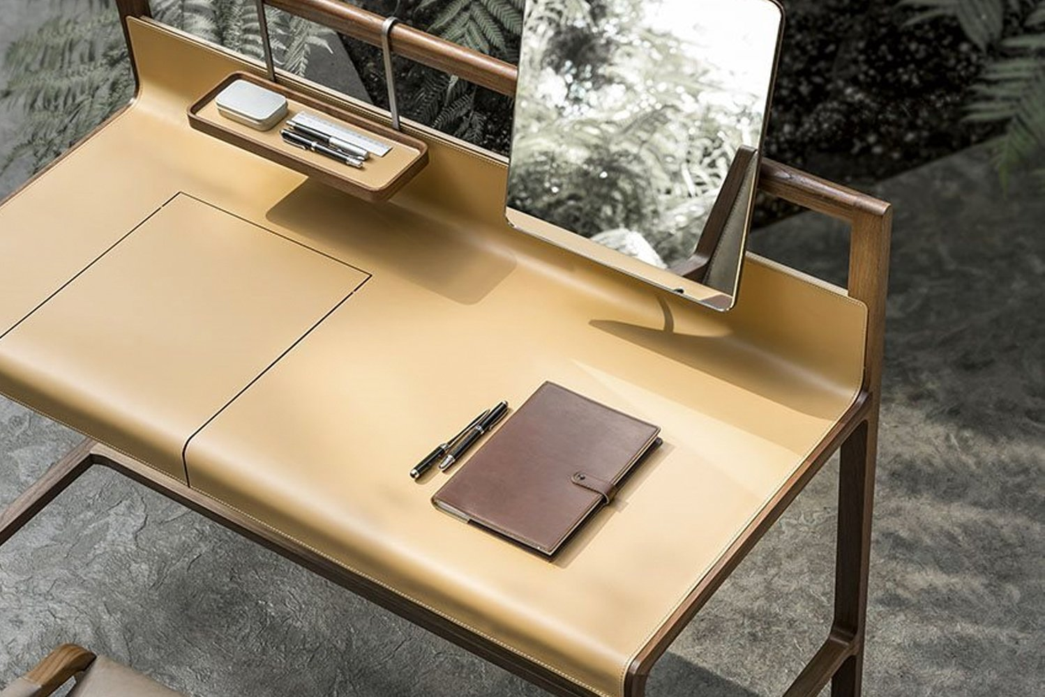 Scribe is actually a cross between a desk to make notes or write a travel journal and a make-up console.