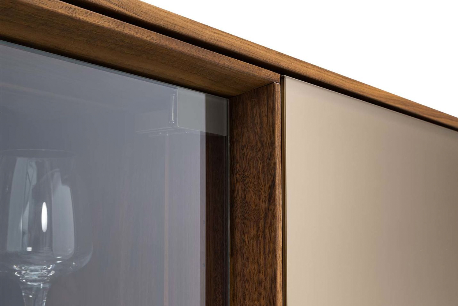 In terms of fronts, in addition to solid wood, a choice can be made between colored glass and ceramic.