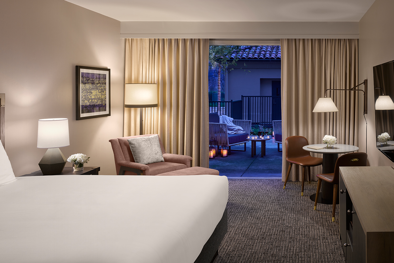 The suites use tones of olive, wheat and linen; while the guestrooms combine gold and cream colors intended to represent the autumn countryside.