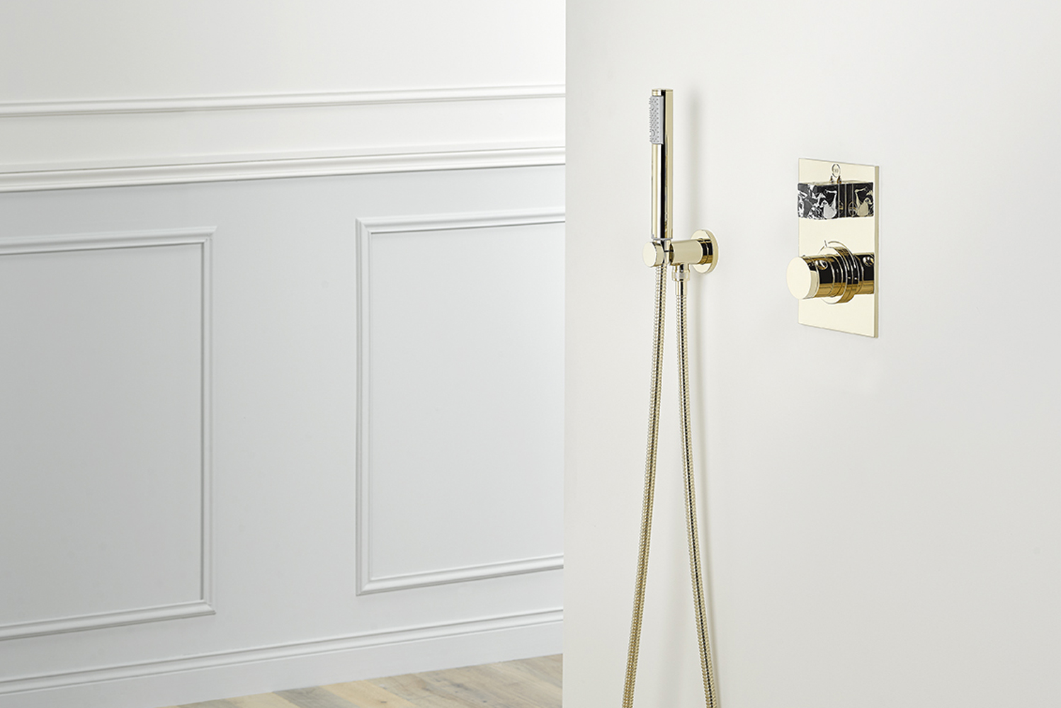Like all THG Paris products, the collection is offered with cross or lever handles and in various configurations for basins, matching bathtub and shower systems and a range of matching accessories.