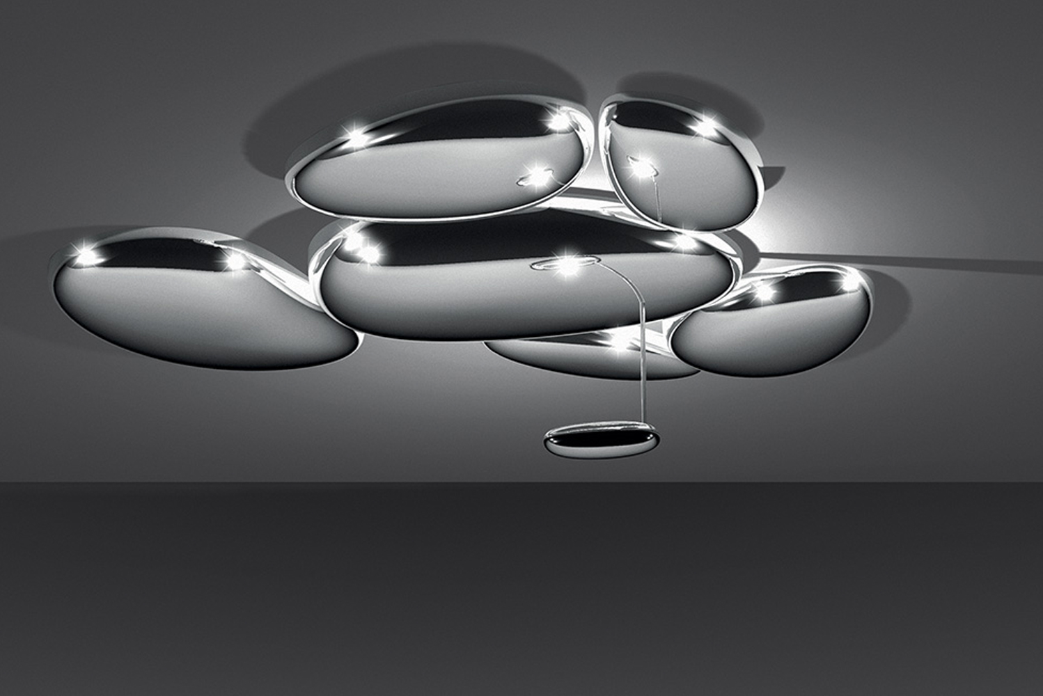With Skydro, a series of pebbles forms a bright sky reflecting the light that bounces on its biomorphic surfaces.