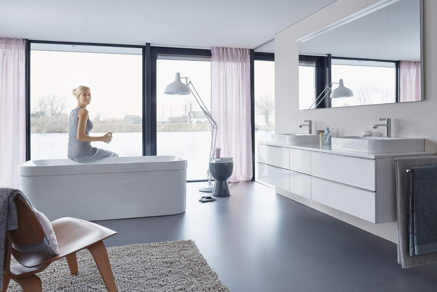 The Happy bathtub by Duravit has built-in and freestanding versions, offering a number of options, including neckrest and two backrest slopes.
