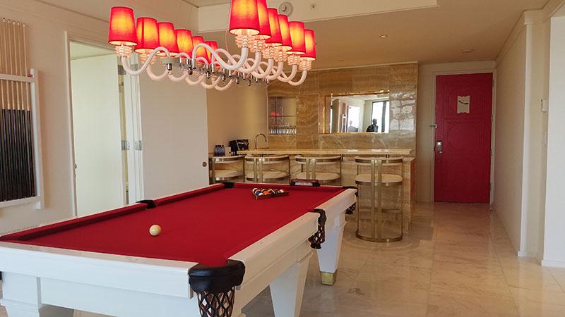 Billiards room and bar in the Monaco Suite