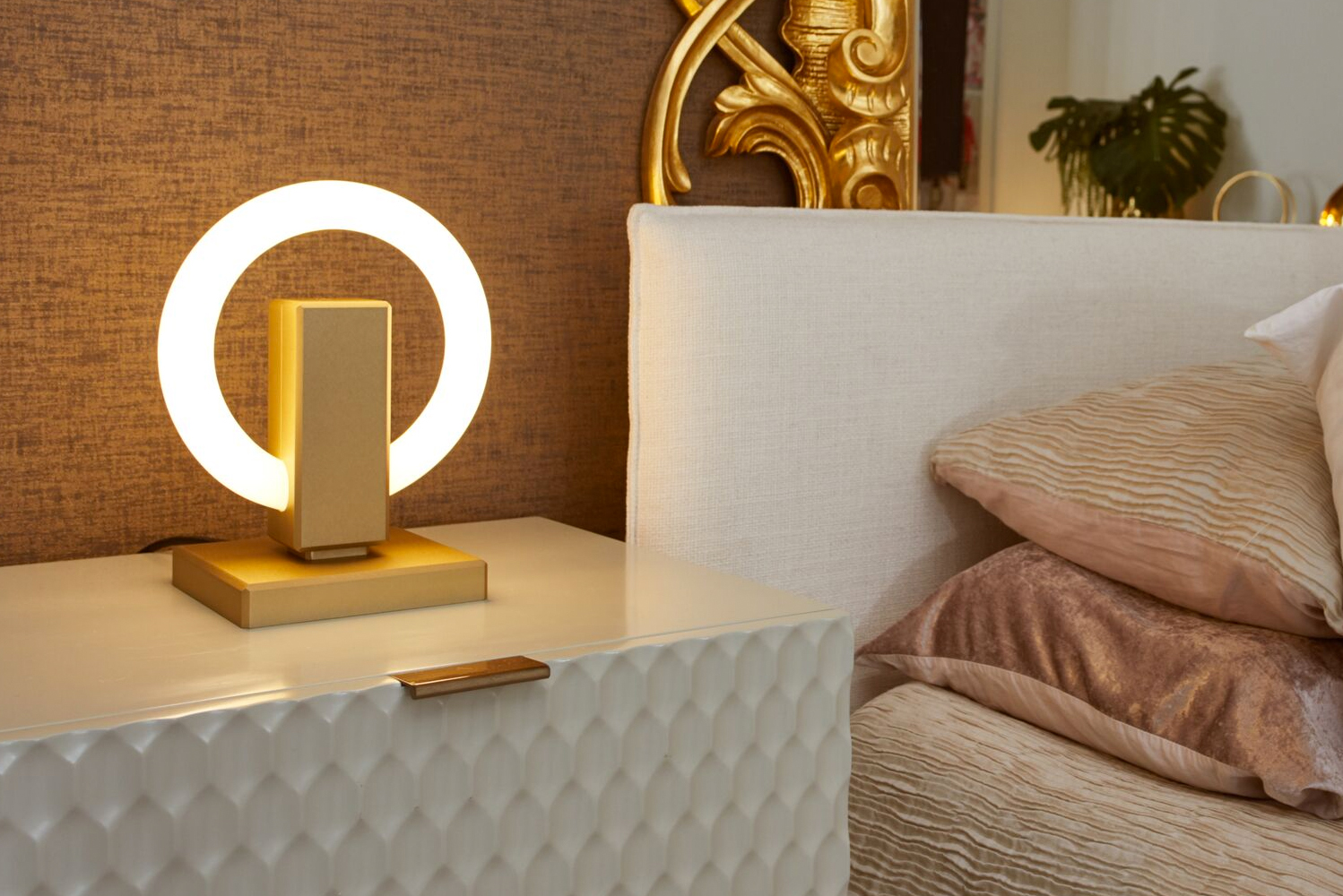 Just like its predecessor (the Olah wall sconce), the Olah table lamp illuminates on a ring without visible fasteners, delivering a clean aesthetic.