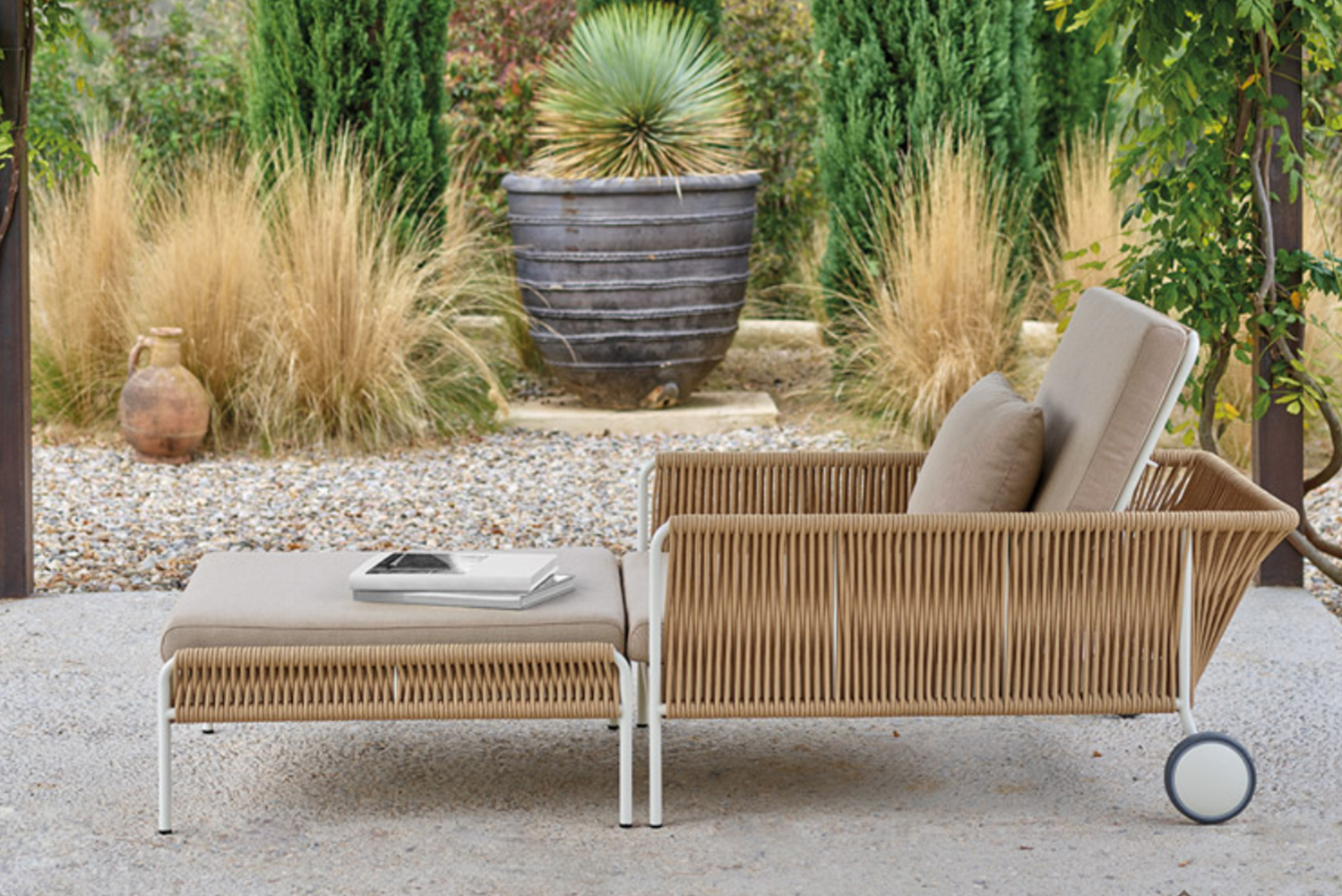Vincent Martinez used 8mm ropes to achieved a complex design similar to rattan furniture.