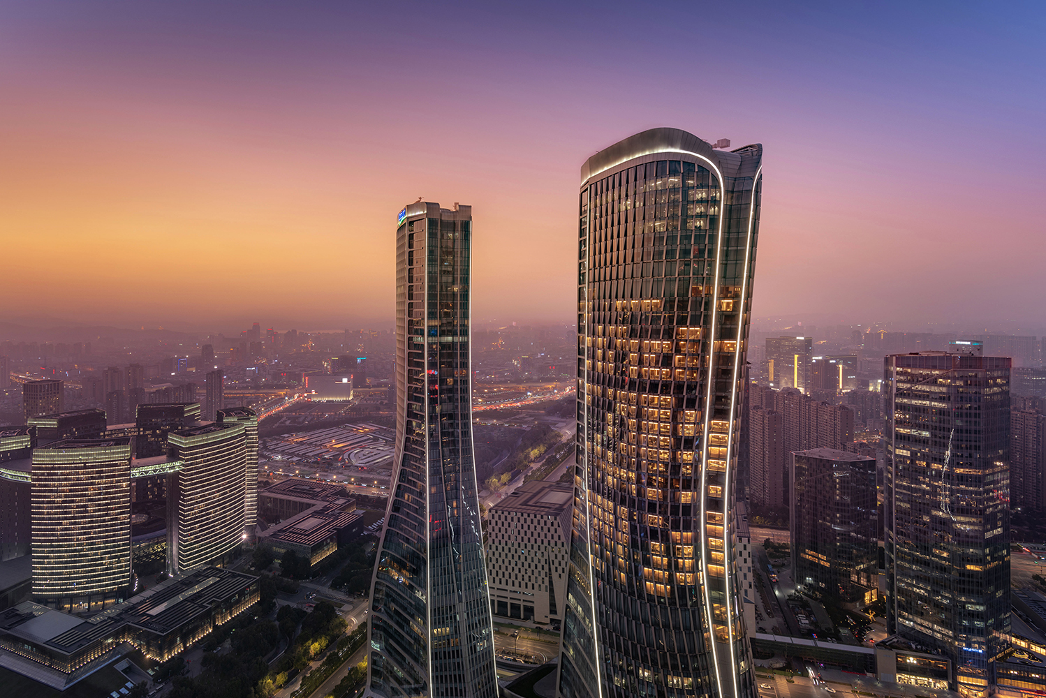 The property also has the tallest restaurant in Hangzhou, the Li'An restaurant, which is located on the 50th floor.