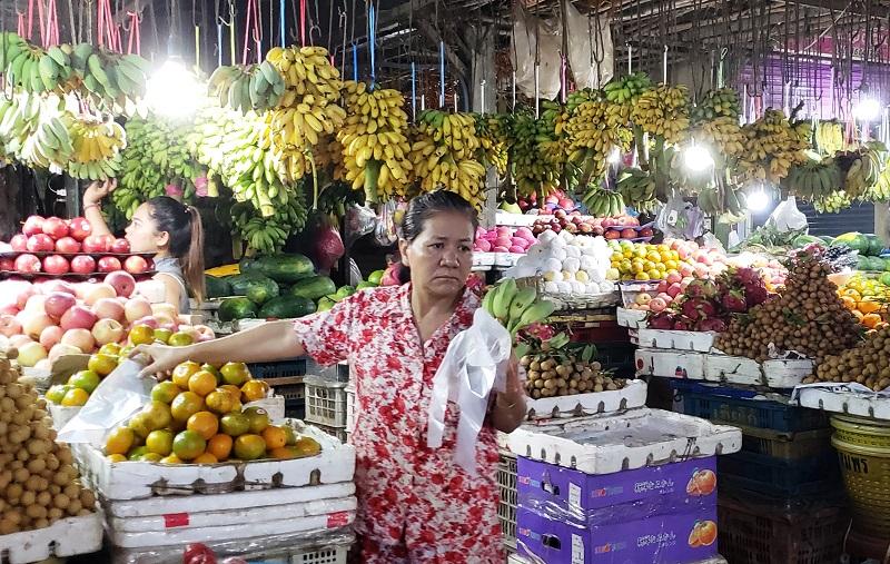 Fruit stand inside Phsar Leu Market