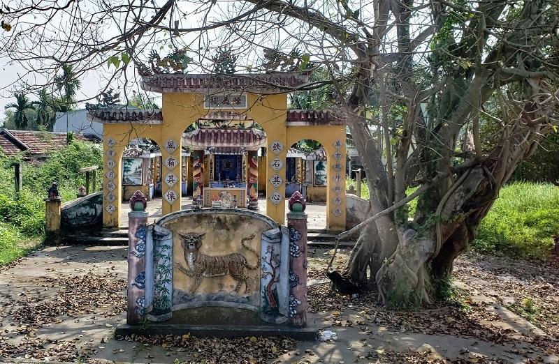 Entrance to Hoa Chau's temple.
