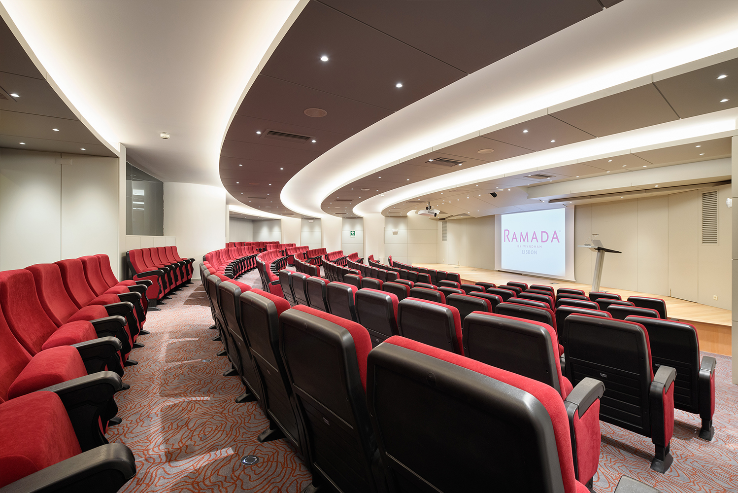 All of the rooms were provided with fixed equipment, including Wi-Fi and HD projector, screen and sound equipment integrated in a single command.