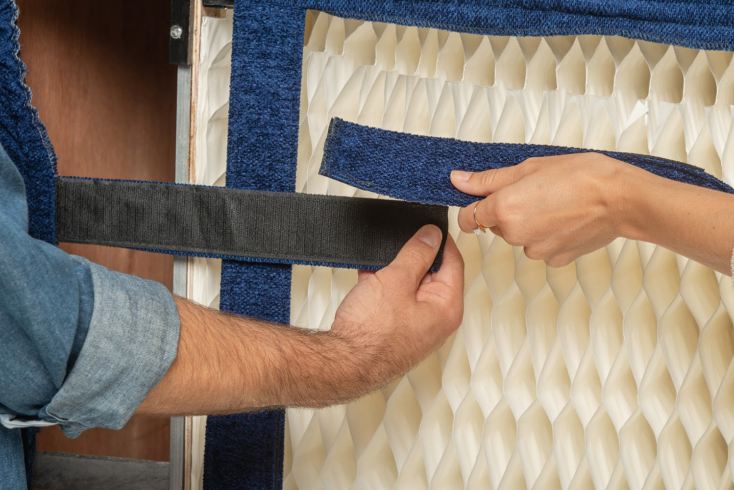 No tools are needed to set it up or tear it down, making this sofa's installation hassle-free.