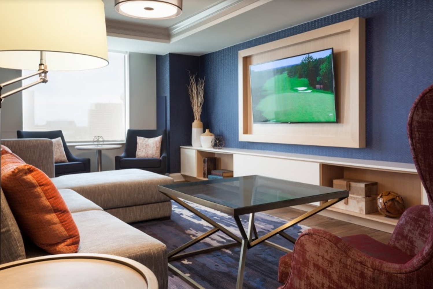 Designed by Looney & Associates, accommodations feature new furnishings and nautical accents of blue, white and gray, reflecting the property's waterfront setting.