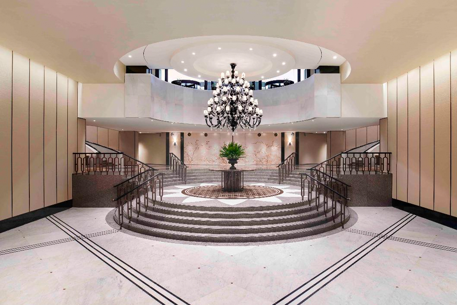 Guests entering the entry are now met with a towering mirror ornament, reflecting the natural elements of Mt. Namsan into the Grand Ballroom.