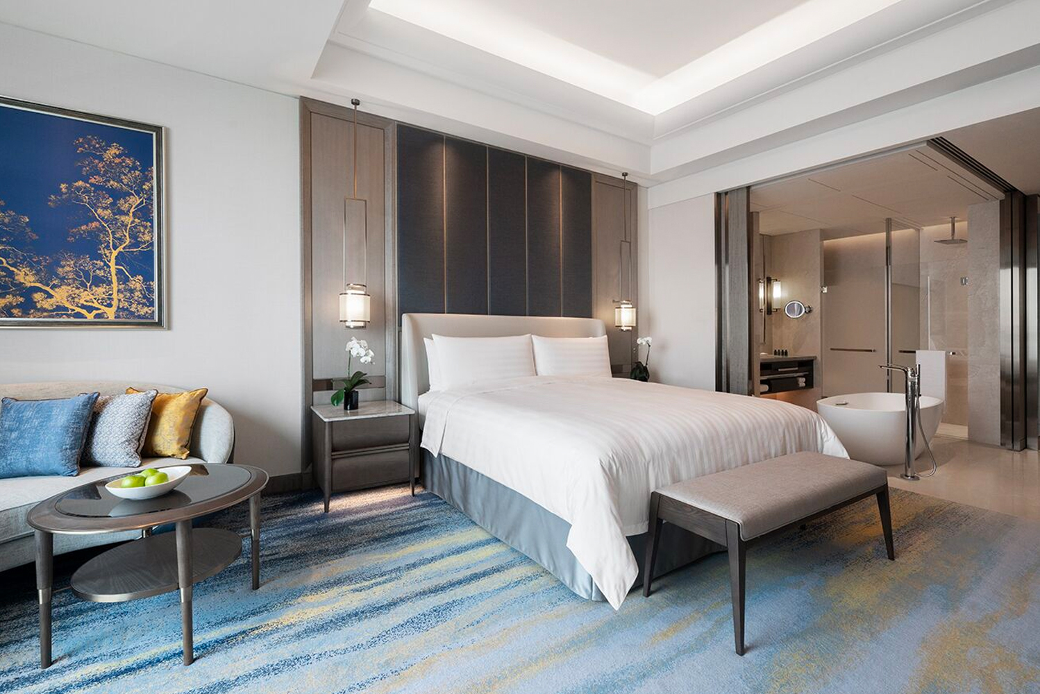 The 32-story Shangri-La Hotel, Suzhou Yuanqu has 303 guestrooms and suites, as well as 16 serviced residences with views of Jinji Lake and the city landscape.