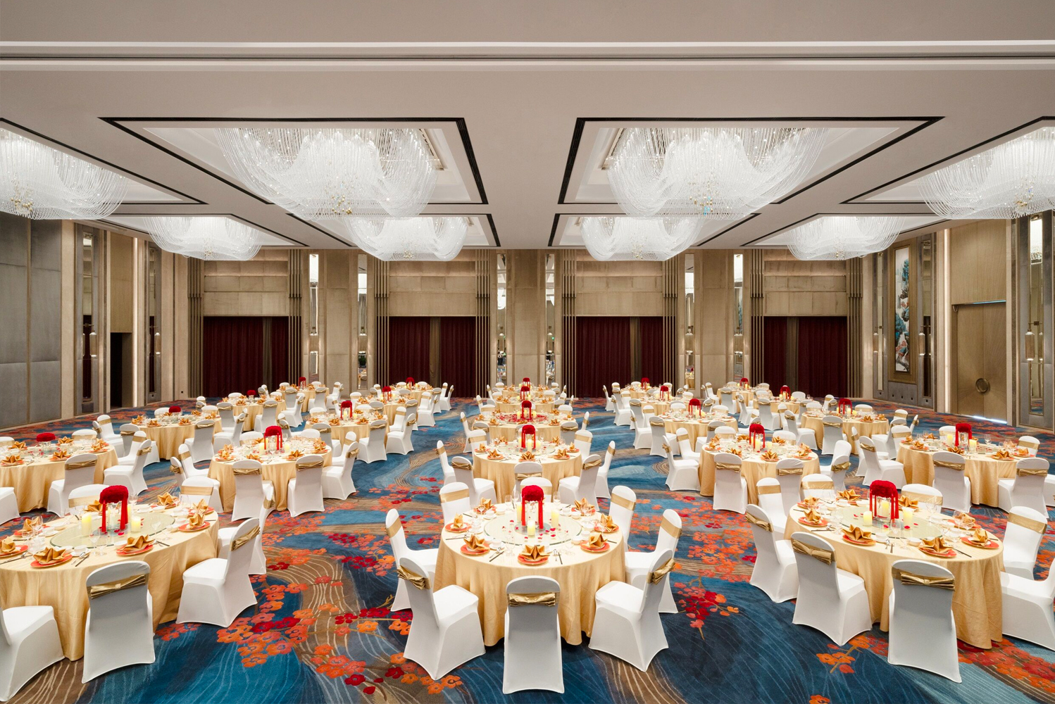 For events, Shangri-La Hotel, Suzhou Yuanqu has two pillarless ballrooms of 1,000 and 384 square meters (about 10,763 and 4,133 square feet), respectively.