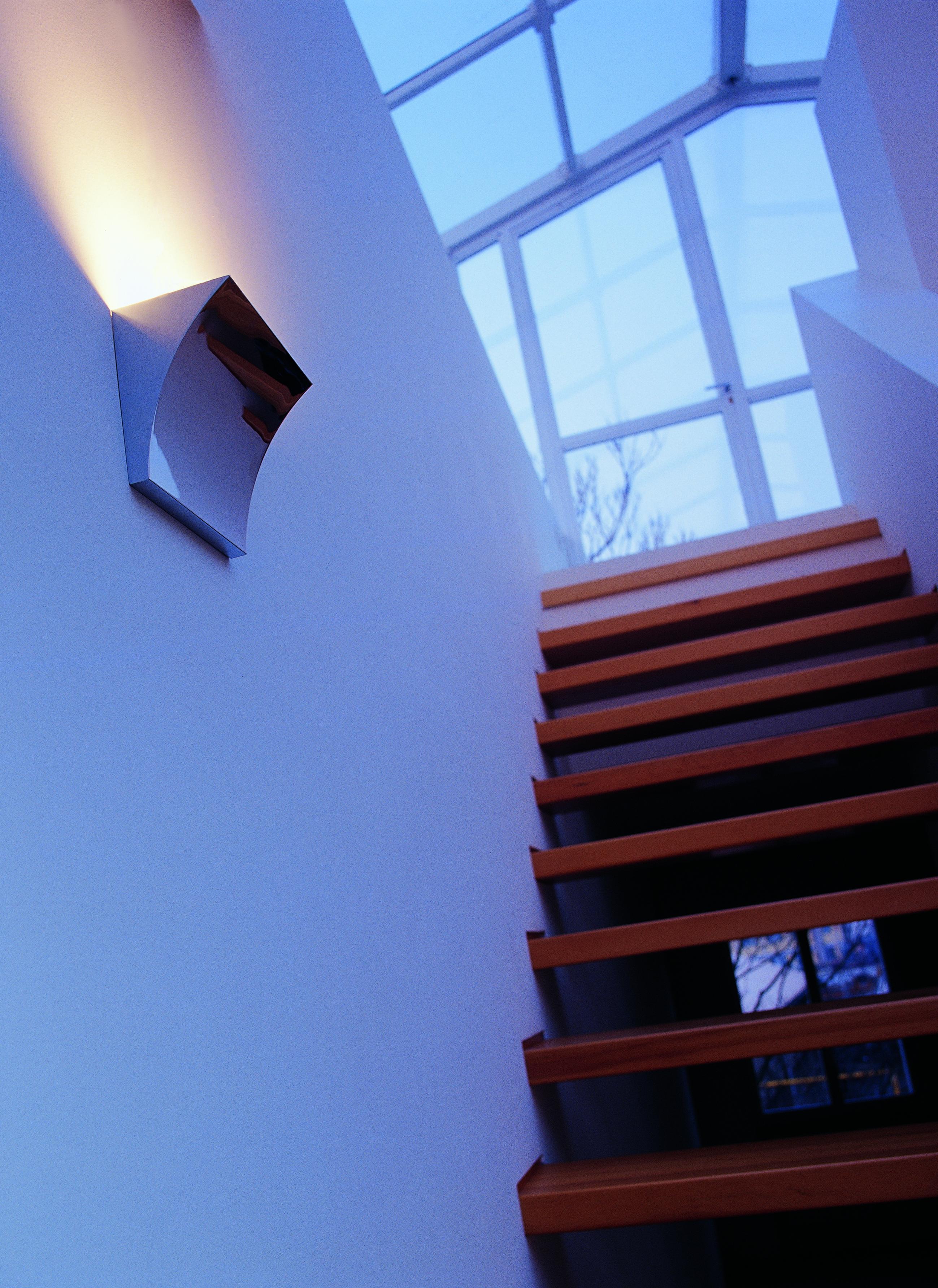 Pochette LED provides uplighting with a minimalist aesthetic.