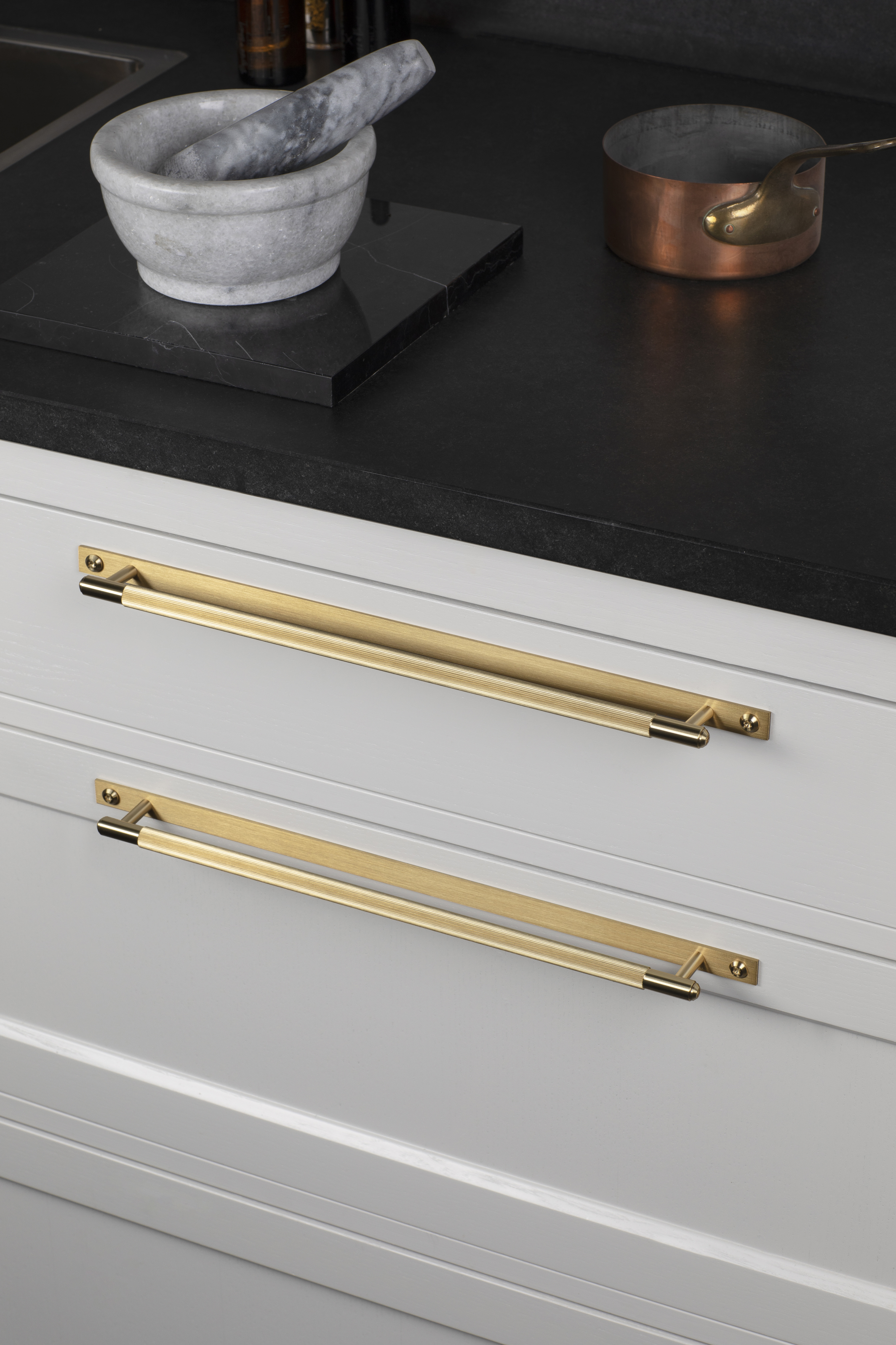 The pull bar has a diamond-cut linear knurl pattern and includes a rectangular back plate.