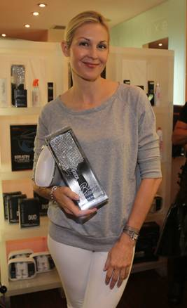 Kelly Rutherford with the keratin Complex bling brush!