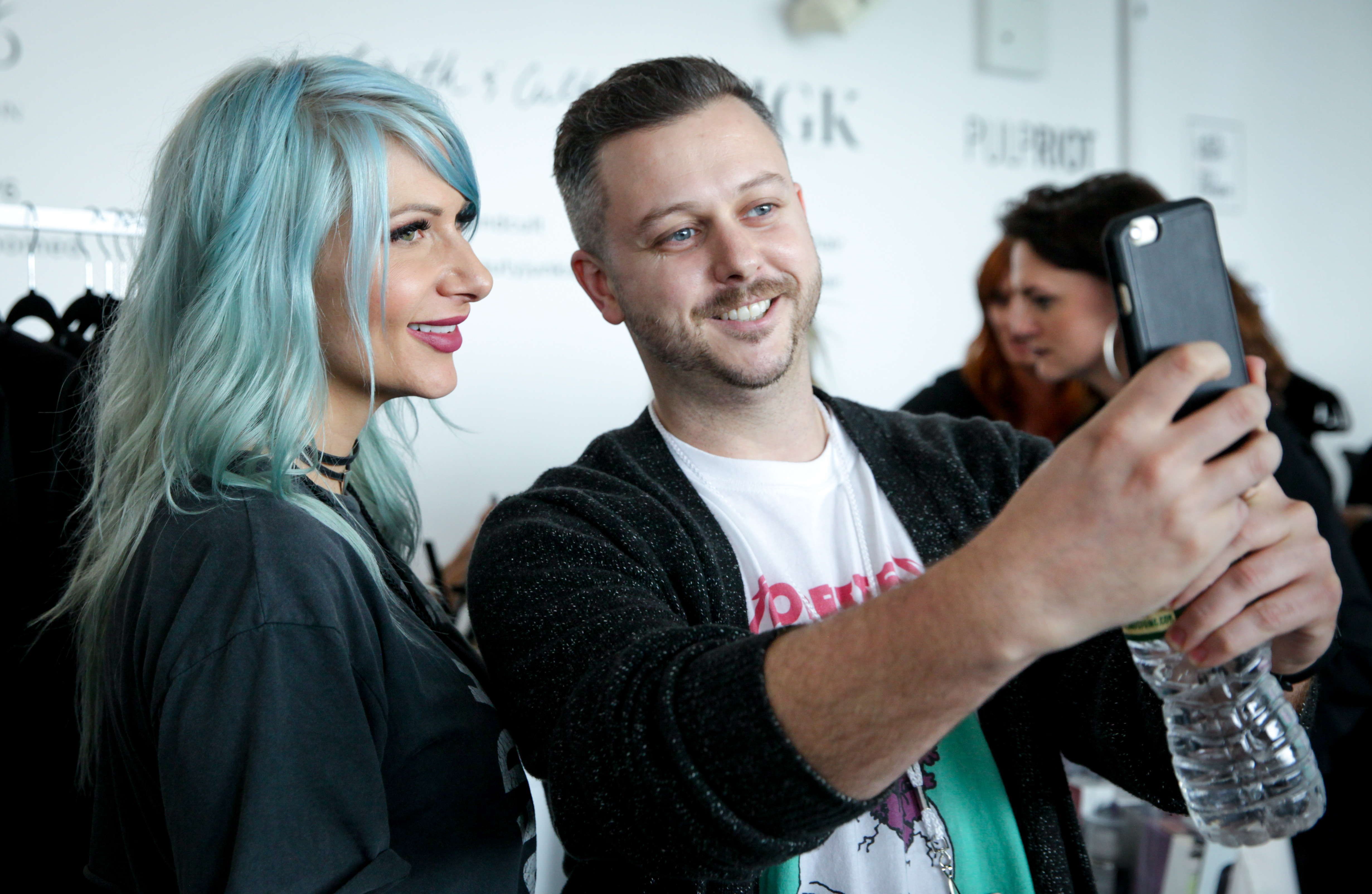 Jenny Strebe (@theconfessionsofahairstylist) and an Idealogue attendee mid-selfie