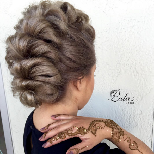 Mohawk style by @lalasupdos // Henna work by the talented Michelle from @thegypsybazaar