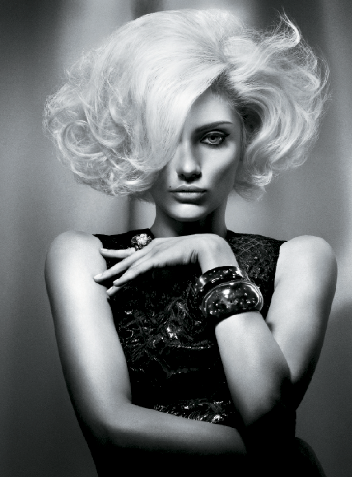 Leeson applied volumizing mousse and used a large radial bristle brush to create ultimate lift, volume and smoothness. Using a directional winding technique and alternate-sized heated rollers, he created soft voluminous waves. For added width and a glamorous finish, Leeson relied on backcombing at the crown and side sections.