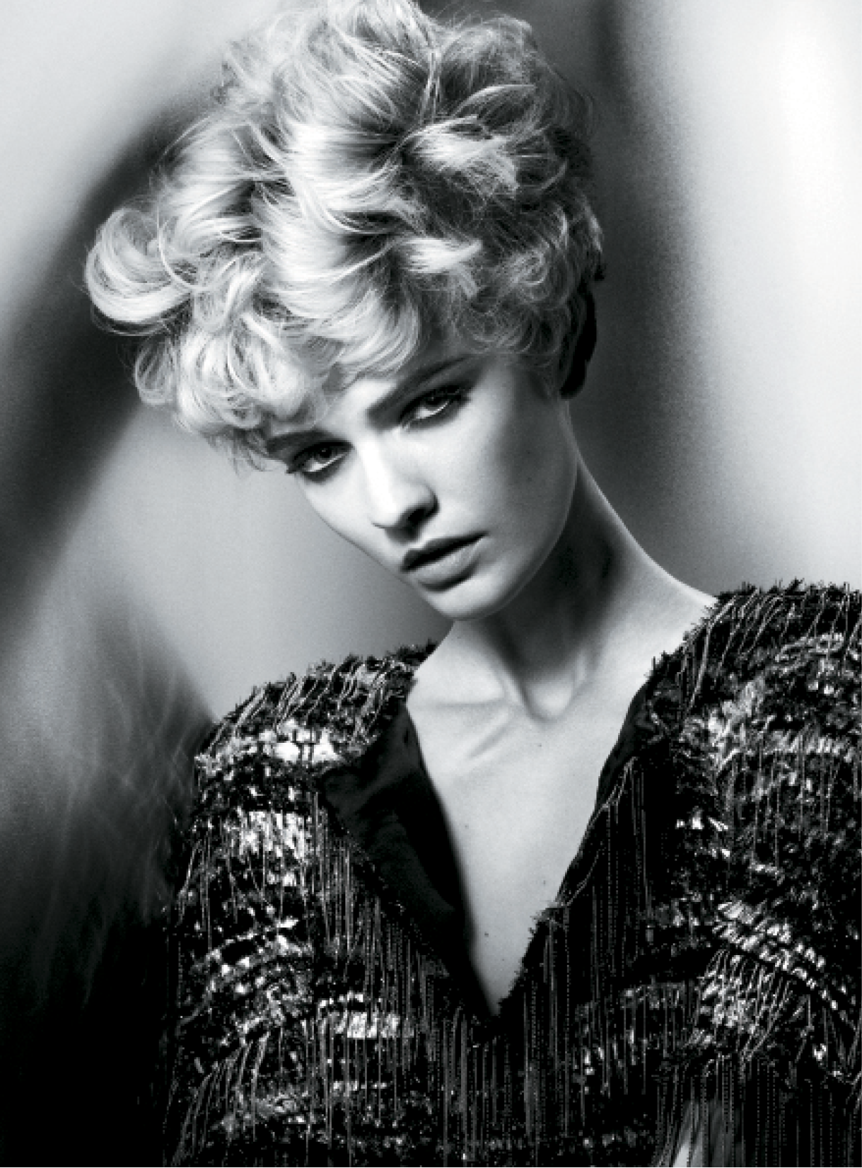 First, Leeson applied volumizing mousse to damp hair and blow-dried it with a medium radial brush before using two different-sized curling irons for enhanced volume and soft texture. After curling the hair in a random pattern, he blasted texture spray onto the hair with a blow-dryer to boost definition.