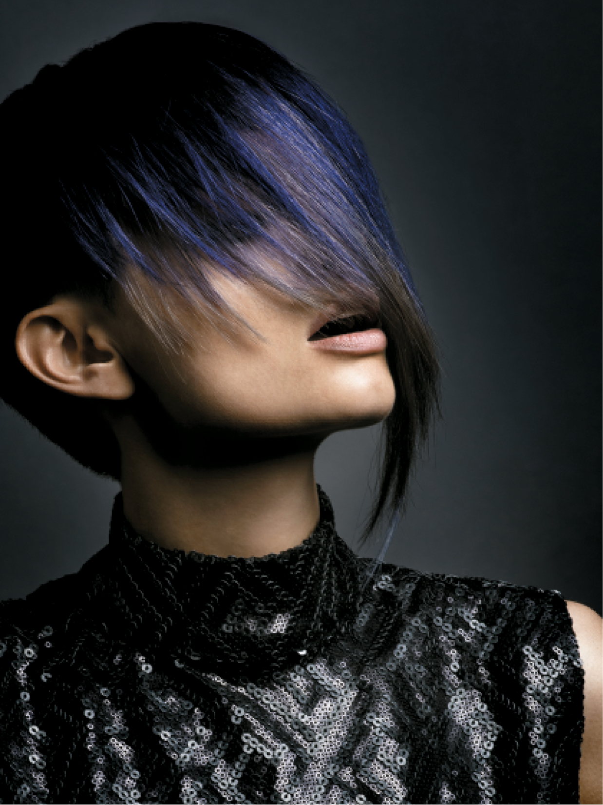 For this strong look, Liam Baxter chose a dark blue feature panel that runs through the sides of the hair, which offers the option to either show it off or keep it hidden.