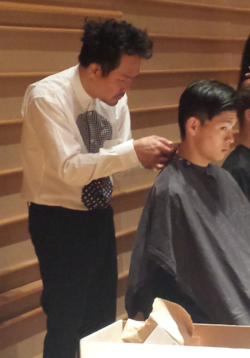 Kien Hoang adds the finishing touches on the model's hair.