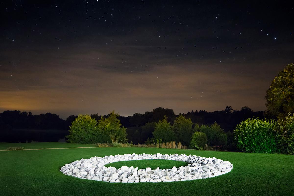 3domaine-des-etangs-art-au-domaine-richard-long-cercle-en-marbre-blanc.jpg