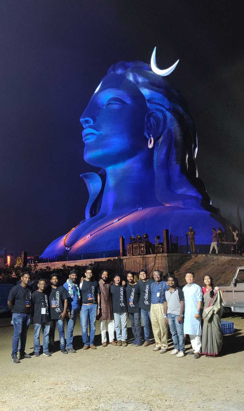 Adiyogi_sculpture_and_crew.jpg