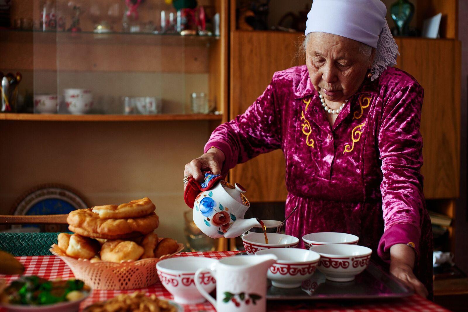WTN170919_Kzach_grandmotherpouringtea-1.