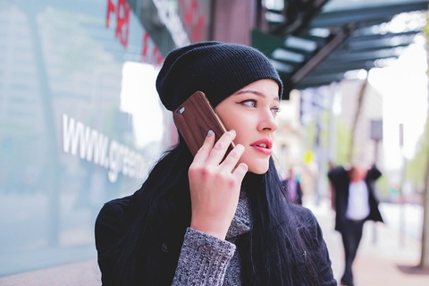Young woman on smartphone (Image: homethods.com)
