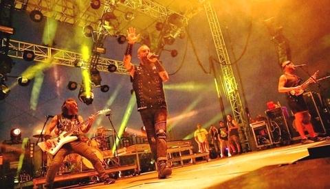 """Cody James """"Modernizes Basics"""" on  Killswitch Engage Tour with Maverick Pyxis"""