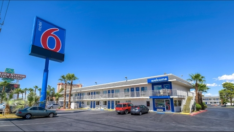 Arizona motel 6 employees lead ice to undocumented guests for Motel exterior design