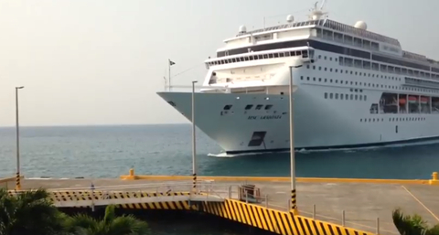 Video shows cruise ship smashing into dock in Honduras