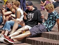 kids mobile phones (pixabay)