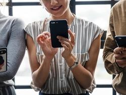 girls on smartphones