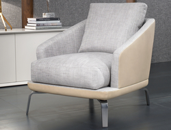 Designed by J&D Casadesús, the armchair has a traditional design, with a curvilinear shape, metallic foot, and back and seat cushion.