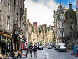 A couple walking down the street in the Edinburgh city center