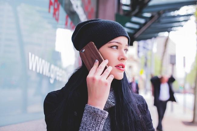 Young woman on smartphone (Image: homethods.com)