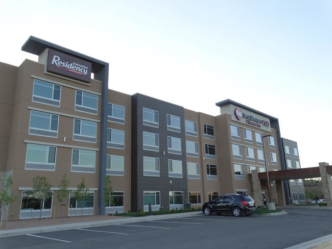 In a grand opening event, hotel owners Frank Day and John Gatto, welcomed local media and dignitaries including Colorado Springs Mayor, John Suthers, to celebrate the occasion.