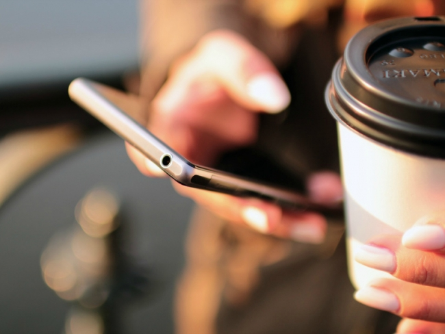 hands coffee smartphone